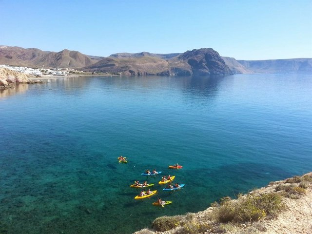 Varias personas practican kayak en el Parque Natural de Cabo de Gata-Níjar (Almería)