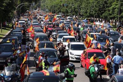 """Centenares de manifestantes en sus vehículos piden """"libertad"""" en la caravana de Madrid convocada por Vox"""