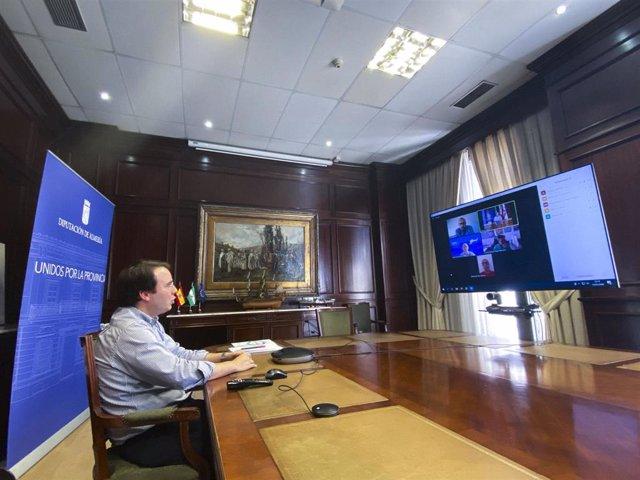 El diputado de Turismo, Fernando Giménez, ha presidido la reunión con el presidente de Asaval, Tomás Komuda, y el secretario, Onofre Muñoz y técnicos del Servicio Provincial de Turismo