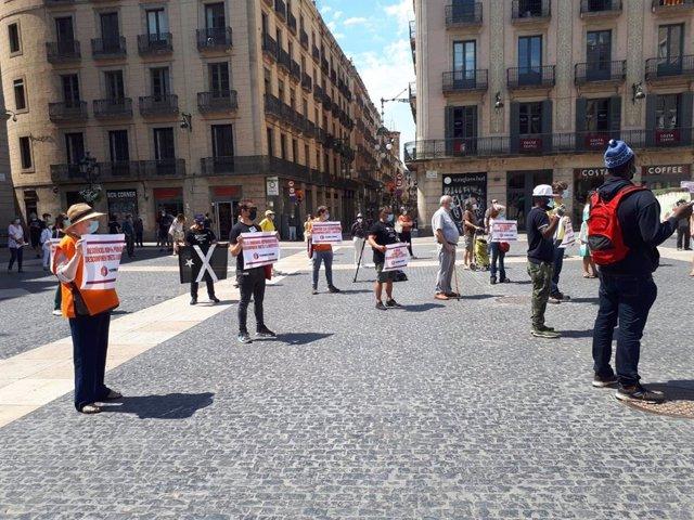 Unos 50 manifestantes reclaman en la plaza Sant Jaume de Barcelona que el estado de alarma no vulnere derechos