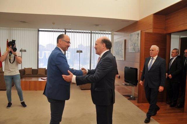 El presidente del Consejo de Colegios Oficiales de Médicos de Castilla y León, José Luis Díaz Villarig, (derecha) saluda al presidente de las Cortes, Luis Fuentes.