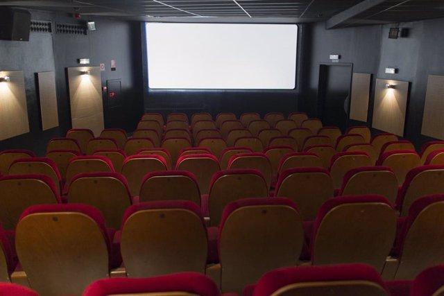 Pantalla de cine, butacas, foto der archivo