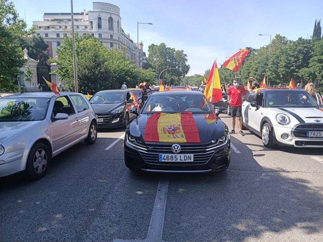 Imagen del Paseo de Recoletos, durante la manifestación en coches particulares conovacadas por Vox.