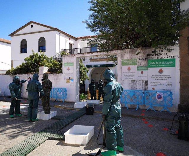 Militares desinfectan la Residencia de Mayores san Pedro de Alcántara, en una imagen de archivo.