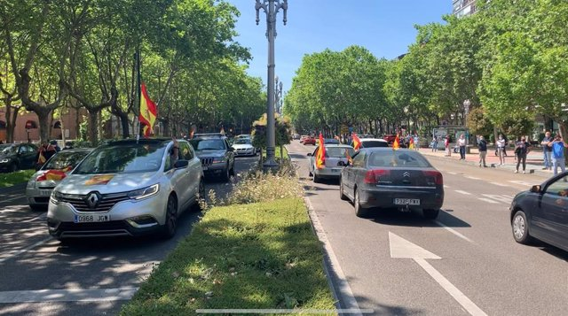 Vehículos participantes en la manifestación convocada por Vox en ambos sentidos del paseo de Zorrilla de Valladolid.