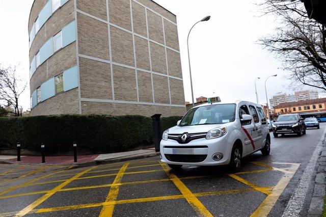 Un taxi pasa al lado de las Urgencias del Hospital Gregorio Marañón.
