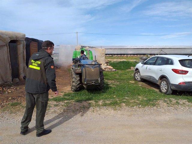 Maquinaria desinfecta el entorno de los asentamientos