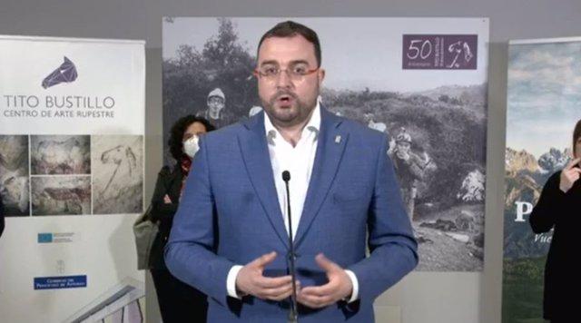 El presidente del Principado de Asturias, Adrián Barbón, en rueda de prensa en el centro de arte rupestre Tito Bustillo.