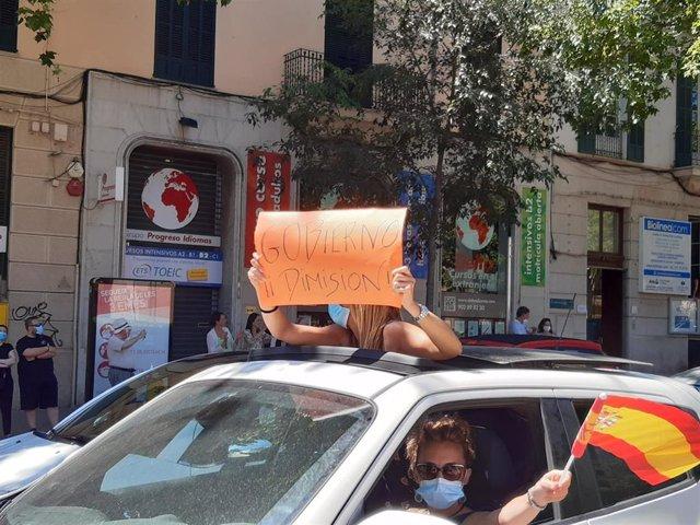 Unas manifestantes en la 'Caravana por España y su libertad' organizada por Vox.