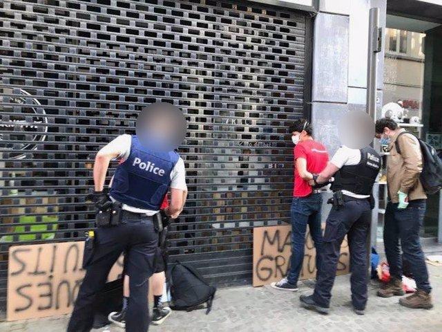 Detención de activistas por la Policía belga en Mons