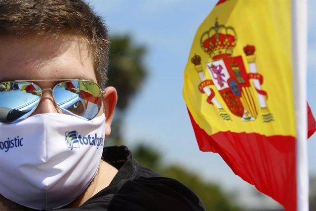 Unos 150 vehículos secundan en Ceuta la movilización de Vox contra el Gobierno y su gestión de la crisis.