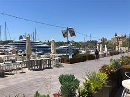 Una terraza del Port Vell, en Barcelona.