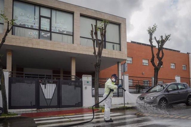 Personal del ayuntamiento desinfecta la zona del centro de personas mayores Joaquín Rosillo de San Juan de Aznalfarache (Sevilla), el 7 de abril. Imagen de archivo.