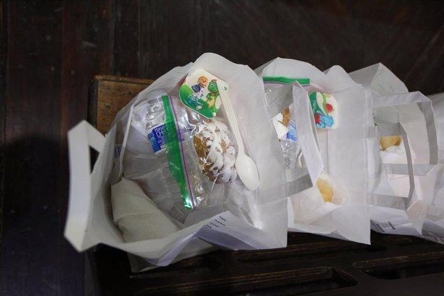 Bolsa con alimentos donados durante la pandemia