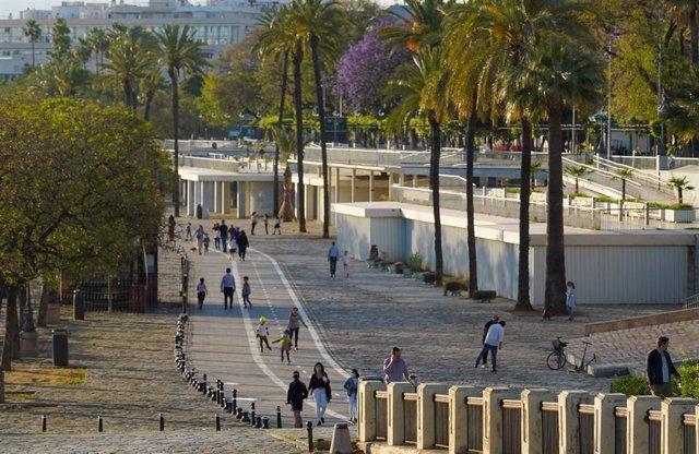 Adultos y niños por el paseo Marqués de Contadero, un día antes de poder salir a practicar deporte y pasear por las calles y parques de Sevilla a 1 de mayo del 2020