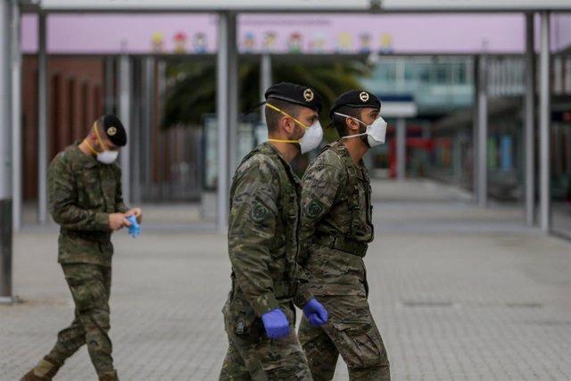 Militares del ejército en las inmediaciones del Hospital de Campaña de IFEMA