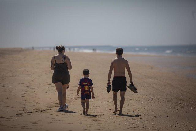Una familia pasea por la Playa de Punta Umbría, abierta para el paseo y la práctica deportiva como único uso permitido, durante la segunda semana de la Fase 1. En Punta Umbría (Huelva, Andalucía, España), a 21 de mayo de 2020.