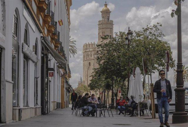Afluencia en un bar de la capital hispalense durante el quinto de la Fase 1 del plan de descalada que ha elaborado el Gobierno de España. En Sevilla (Andalucía, España), a 15 de mayo de 2020.