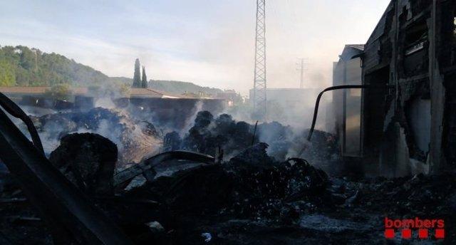 Los bomberos dan por controlado el incendio en la industria de Sarrià de Ter (Girona).