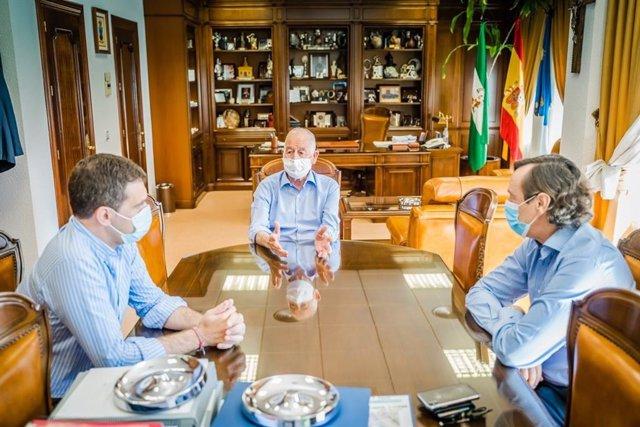 Reunión del presidente del PP de Almería, Gabriel Amat, con el diputado del PP Miguel Ángel Castellón y el senador del PP Rafael Hernando.