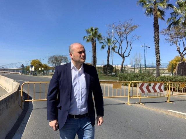 Imagen de archivo de Julio Díaz en la rotonda de acceso al puente sifón Santa Eulalia.