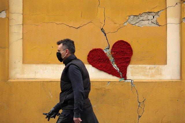 Un hombre con mascarilla en Zagreb, Croacia