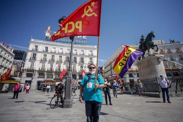 Decenas de personas participan en la concentración del PCPE en la Puerta del Sol (Madrid)
