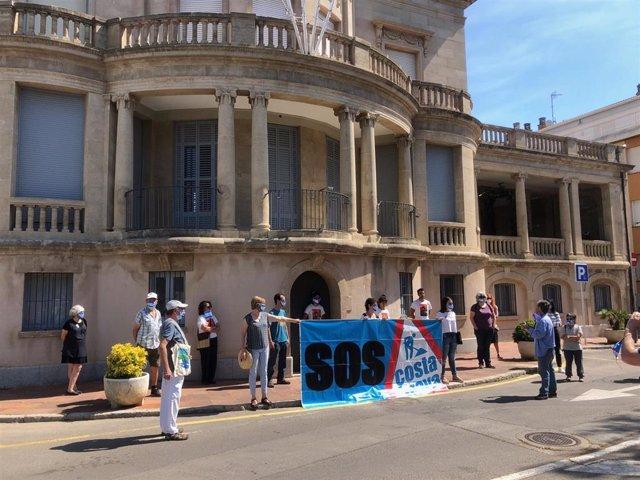 La plataforma SOS Costa Brava protesta contra proyectos urbanísticos en el litoral ante el Ayuntamiento de Palafrugell (Girona).