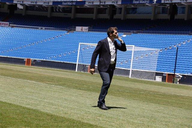 Iker Casillas lanzando beso a la afición