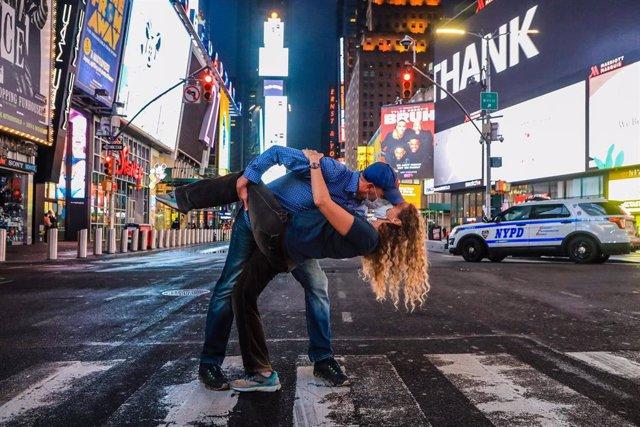 Un beso con mascarilla en Times Square, Nueva York, EEUU