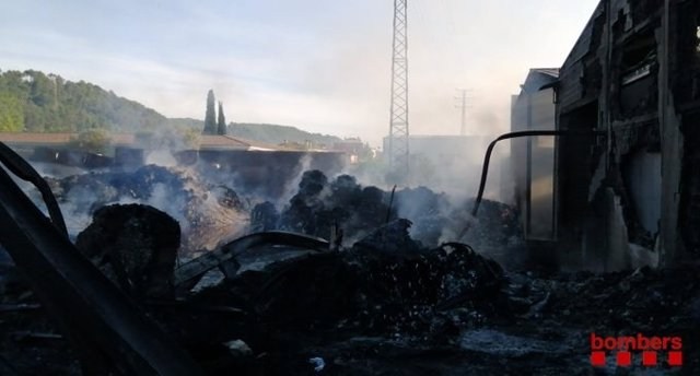 Successos.- Els evacuats tornen a casa després de l'incendi a Sarrià de Ter (Girona), ja controlat