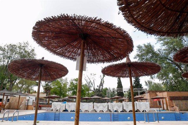 Sombrillas en una piscina
