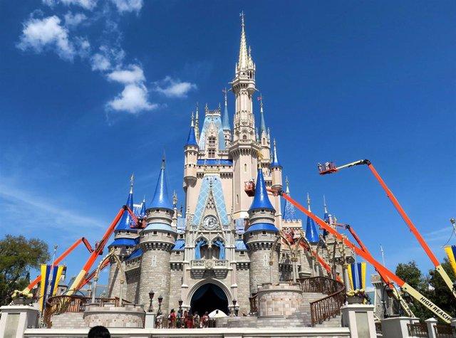 Trabajadores en el Walt Disney World de Orlando, en el castillo Cinderella