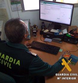 Guardia civil realizando gestiones