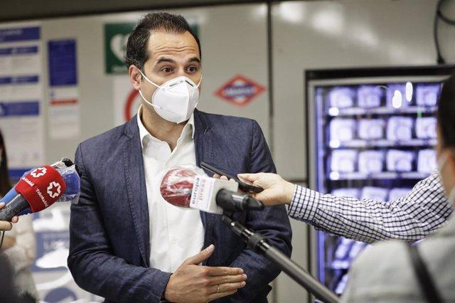 El vicepresidente, consejero de Deportes, Transparencia y portavoz del Gobierno de la Comunidad de Madrid, Ignacio Aguado, interviene ante los medios de comunicación en el marco de la presentación de las nuevas máquinas de 'vending' de mascarillas e hidro