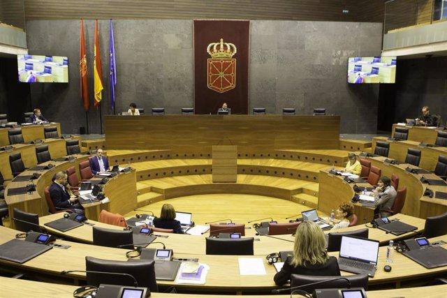 Mesa y Junta de Portavoces del Parlamento de Navarra en el salón de plenos para guardia distancia entre sus miembros como consecuencia del coronavirus.