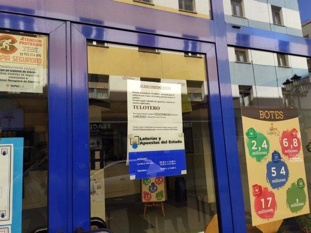 Administración de Lotería de Oviedo cerrada al público a causa de la pandemia del coronavirus.