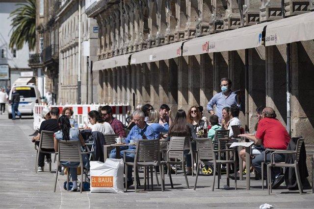 Clientes en una terraza de la capital de A Coruña, el día que en el que la provincia pasa junto al resto de las que componen Galicia -Pontevedra, A Coruña y Ourense- a la Fase 1 del Plan de Desescalada establecido por el Gobierno de España.