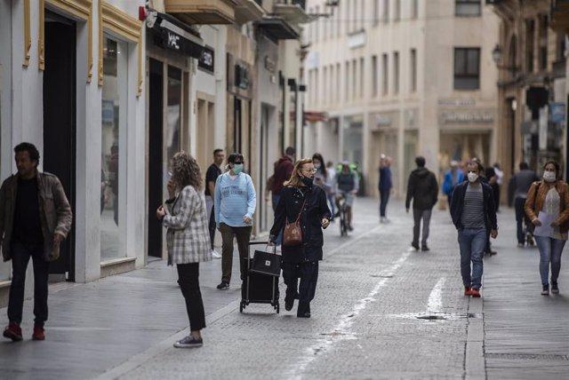 La calle Velázquez durante el segundo día de la fase 1 del plan de desescalada que ha elaborado el Gobierno de España. En Sevilla, (Andalucía, España), a 12 de mayo de 2020.