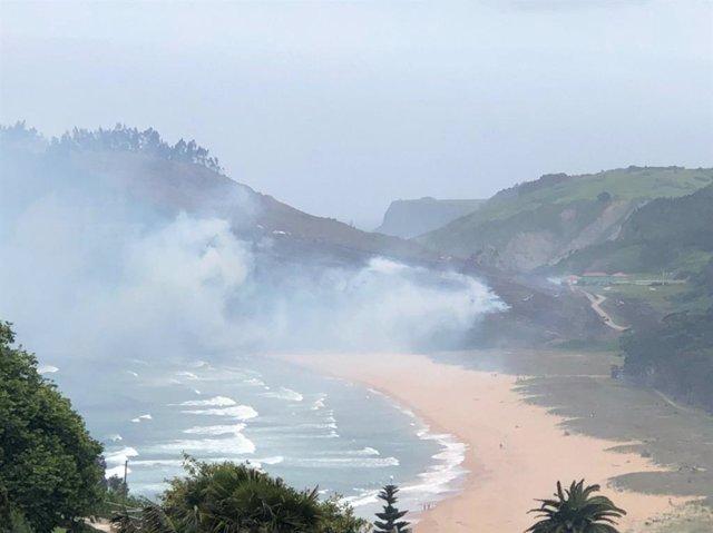 Incendio forestal en la playa de Rodiles, en el concejo de Villaviciosa.