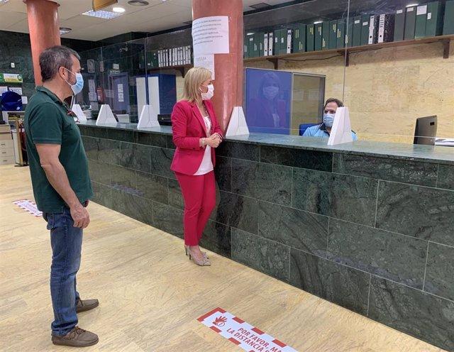 La subdelegada de la Junta en el Campo de Gibraltar, Eva Pajares, visita puestos de atención presencial de la Subdelegación.