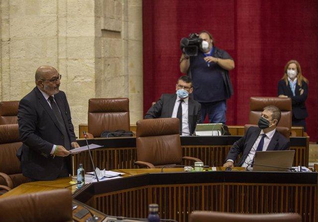 El portavoz del grupo parlamentario, Vox, Alejandro Hernández (1i), durante su intervención en la sesión de control al gobierno con preguntas al presidente. En el Parlamento de Andalucía, Sevilla (Andalucía, España), a 20 de mayo de 2020.