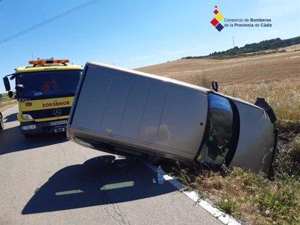 Herido un matrimonio al volcar su furgoneta en la A-389 cerca de Arcos de la Frontera (Cádiz)