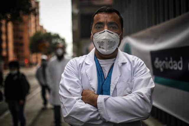 Un trabajador de la salud durante las protestas del sector celebradas en Bogotá reclamando al Gobierno de Colombia mejores medios y sistemas de seguridad para tratar la crisis económica provocada por la COVID-19 en el país.