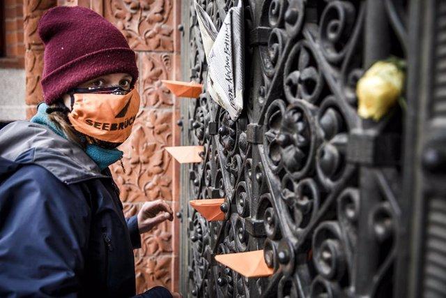 Una mujer participa en una protesta en Berlín por las condiciones en los campamentos de refugiados en Grecia durante la pandemia de coroanvirus