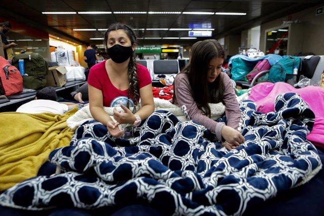 Ciutadans colombians afectats per la covid-19, atrapats a l'Aeroport de Sao Paulo.