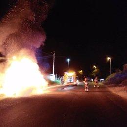 Imagen de los bomberos, extinguiendo el incendio