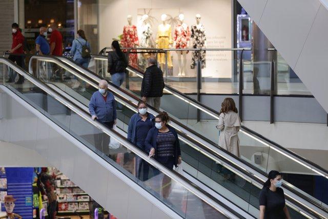 Varias personas utilizan las escaleras mecánicas en el interior del Centro Comercial El Boulevard en el primer día de la Fase 2 de desescalada. En Vitoria-Gasteiz, Álava