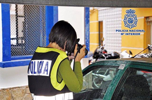Una agente de Policía Científica durante la inspección ocular