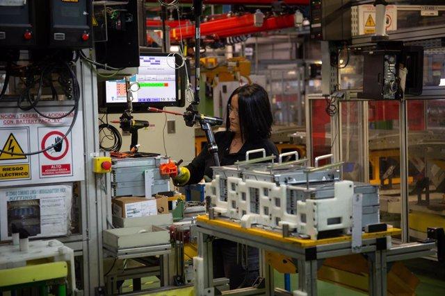 Imatge d'una dona treballant en la planta de Nissan a Barcelona.